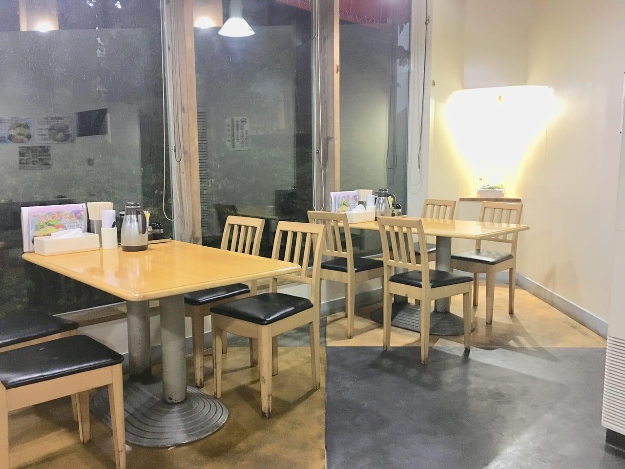 ラーメンレストランニングルのテーブル席