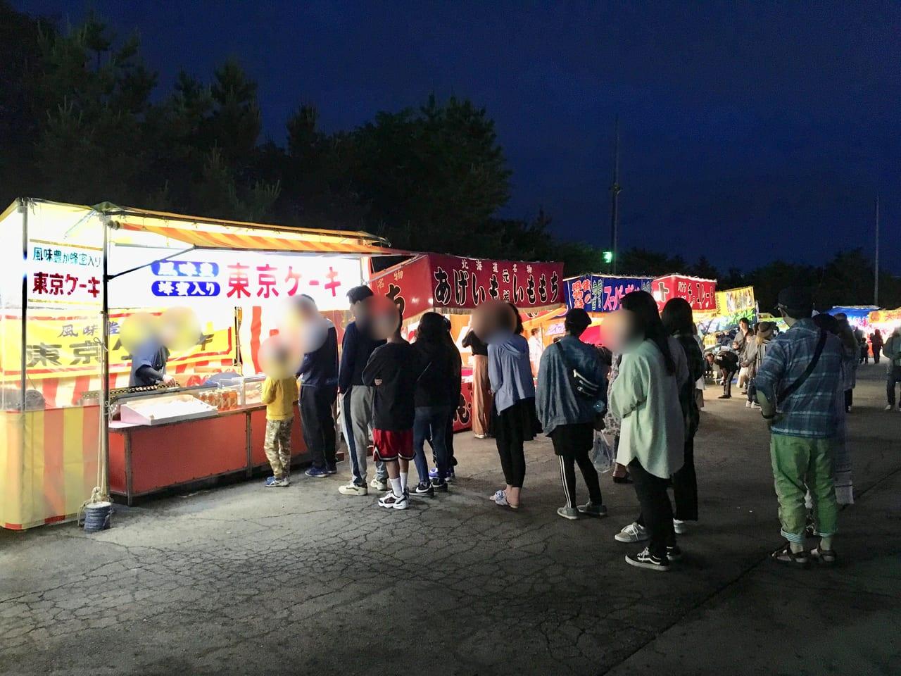 苫小牧総鎮守 樽前山神社例大祭の出店に並ぶ人々